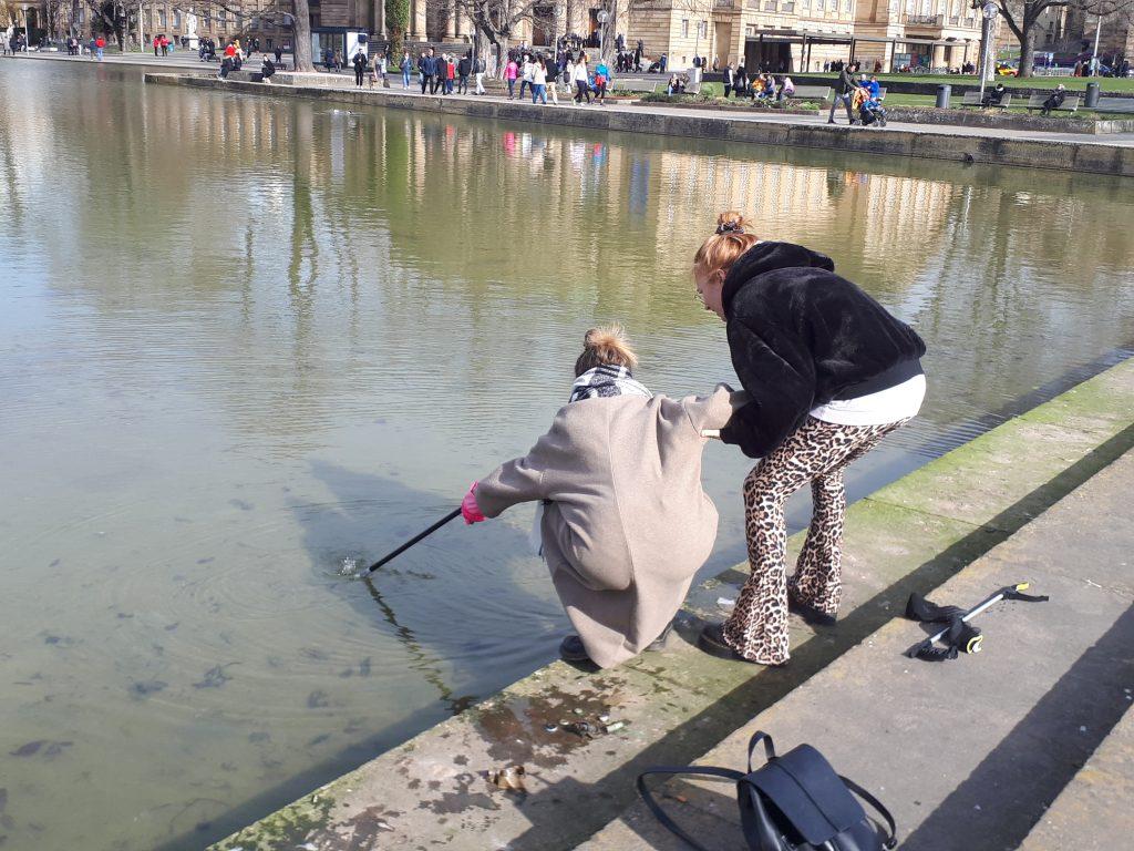 Mädels holen Müll aus dem Eckensee