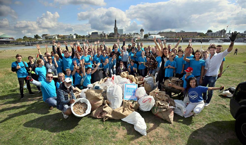 Frau Blocksdorf und ihr Team posieren am 15. Septenber 2018 auf der Oberkasseler Wiese für die Kamera - World Clean up Day - Foto: Sergej Lepke