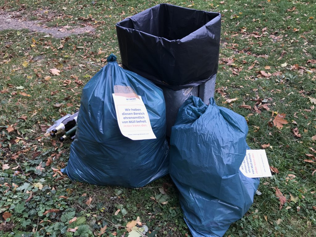 Volle Müllsäcke an der Villa Berg