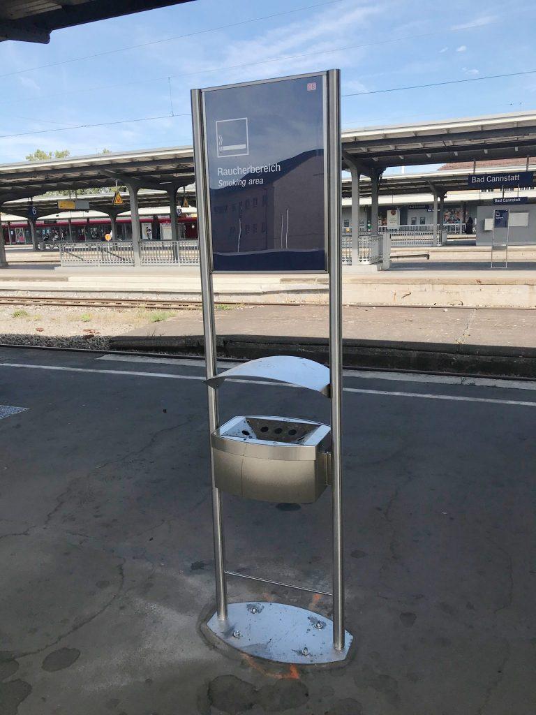 Aschenbecher an Bahnsteig
