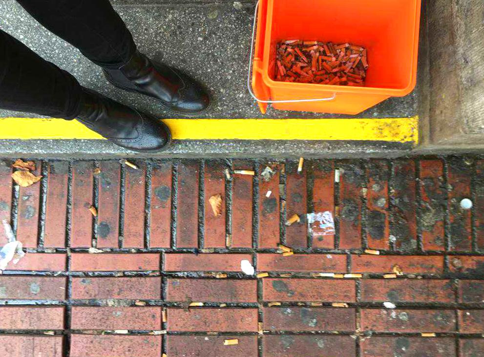 zigaretten auf boden