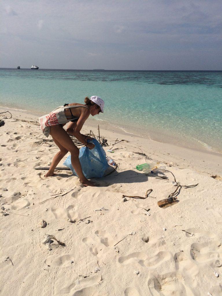 Müll am Strand sammeln