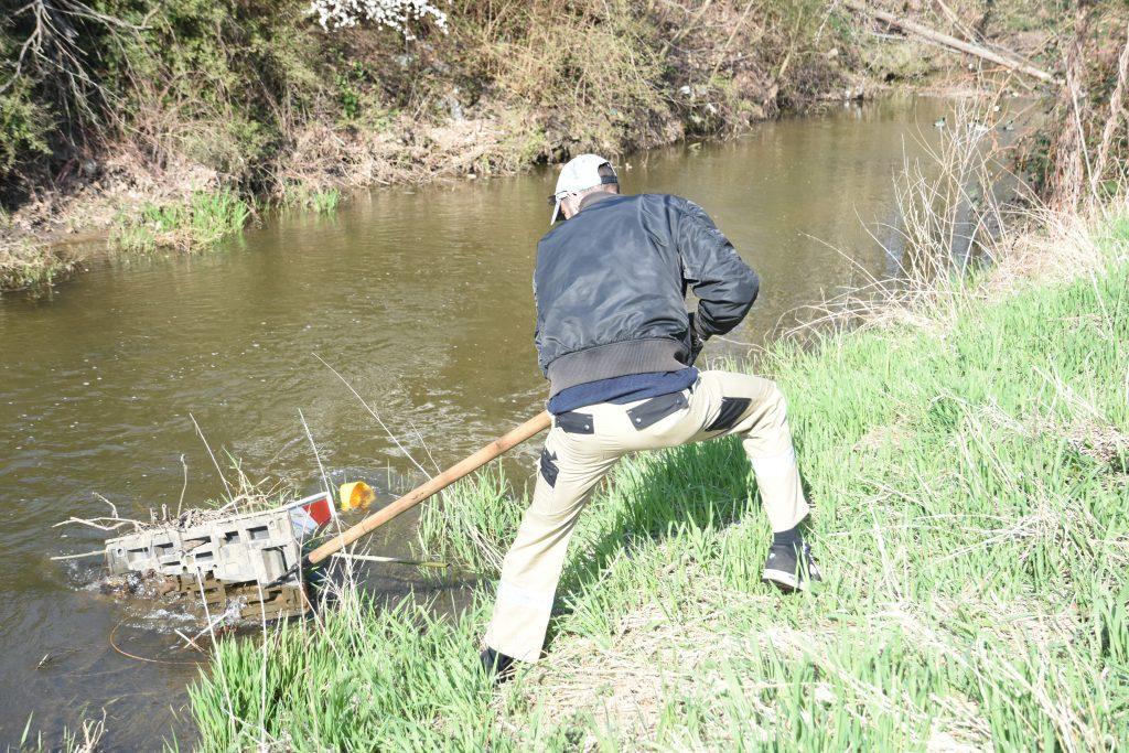 Müll aus Fluss angeln