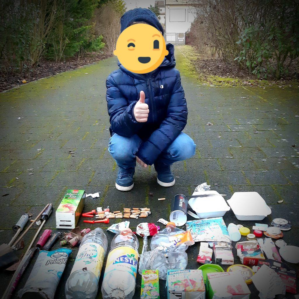 junge mit gesammeltem Müll