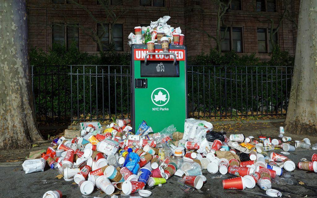 Kaffeebecher bringen Mülleimer zum überquellen