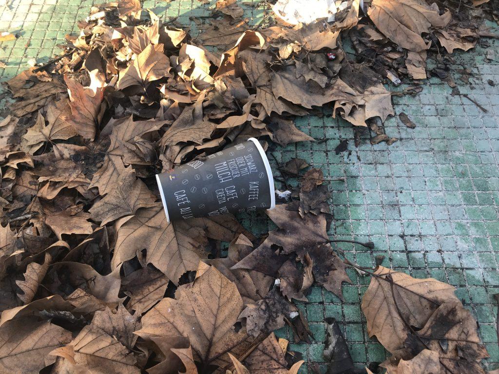 kaffeebecher vermüllen die natur