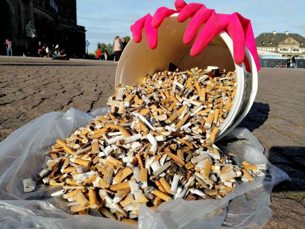eimer voller zigarettenstummel