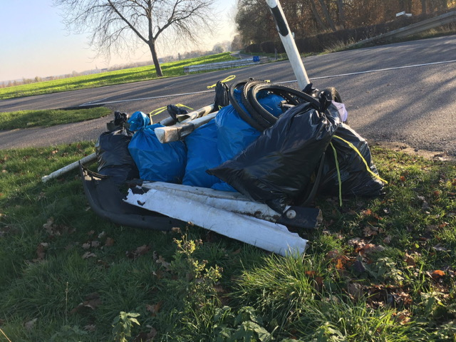 Gesammelter Müll am Straßenrand
