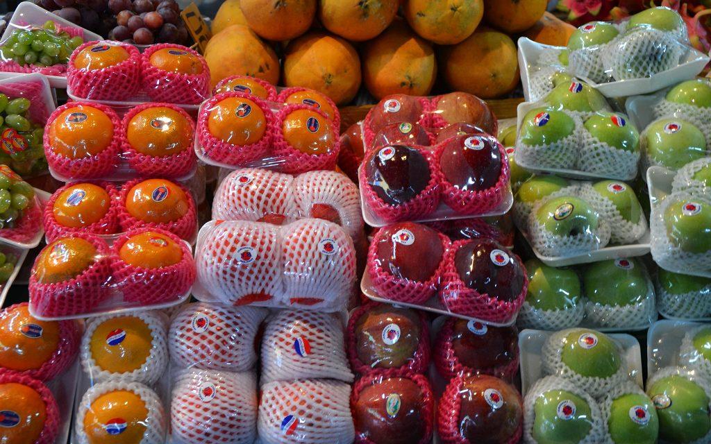 Gemüse und Obst in Plastikverpackungen
