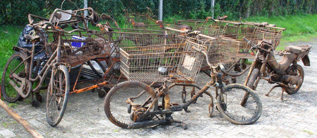 Fahrräder im Wasser entsorgt